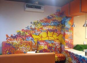 Владелец разрисованного кафе в Воронеже наказал виновную «плетьми»