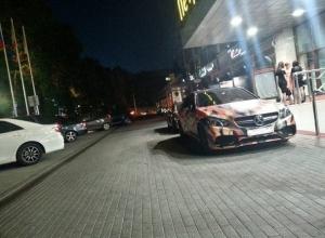 Автомобилисты сфотографировал Mercedes с невероятной аэрографией на дороге в Воронеже