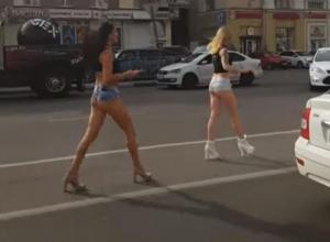 Две девушки с полуголыми ягодицами бродили посреди дороги в Воронеже