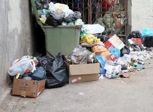 Сотрудники воронежского супермаркета выбрасывали отходы под окна горожан