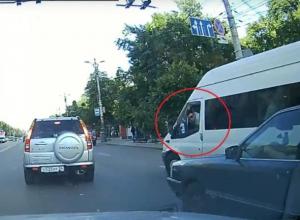 Маршрутчик оплевал легковушку и попал на видео в Воронеже