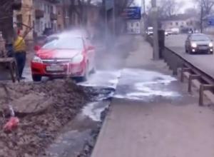 Воронежцев возмутила уличная мойка машин, попавшая на видео