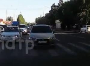 Щекотливый маневр иномарки на встречке попал на видео в Воронеже