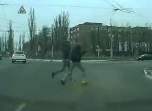 Бесстрашные пешеходы на дороге в Воронеже попали на видео