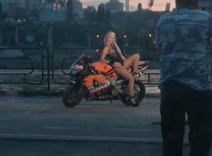 Модель-байкершу застали в интересной позе на берегу в Воронеже