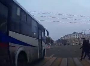 В центре Воронежа маршрутка едва не раздавила пешеходов на переходе
