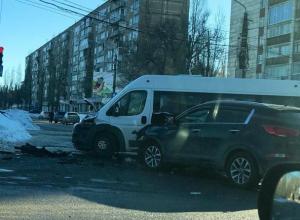 В Воронеже последствия жесткого ДТП с маршруткой попали на видео