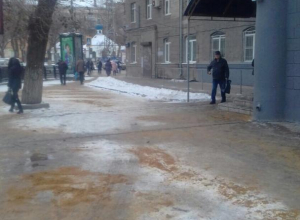 Воронежские коммунальщики засыпали песком тротуар у детской поликлиники после публикации «Блокнота»