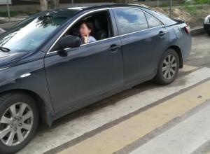 Хамская парковка на переходе в Воронеже вызвала феминистскую реакцию