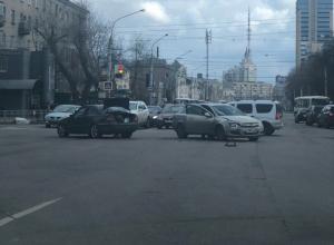 Столкновение немецких легковушек парализовало движение в центре Воронежа