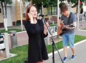 Девушка до мурашек спела Zombie в центре Воронежа