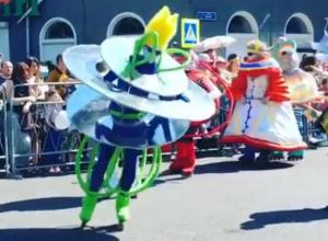 Психоделичных роллеров сняли на театральном параде в Воронеже