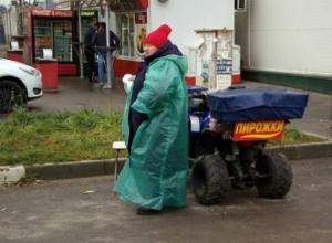 В Воронеже женщина торгует пирожками с квадроцикла