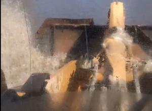 Передвижение экскаватора по реке на улице Ильюшина попало на видео