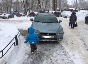 Матери объявили войну автохаму за парковку на тротуаре в Воронеже