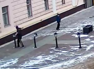 На видео попало, как под Воронежем школьник громит фонари
