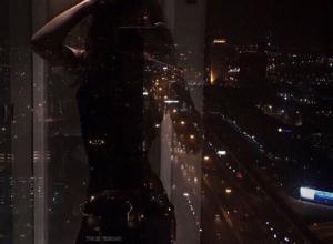 Таинственное фото обнаженной девушки в окне ночного Воронежа привело в восторг пользователей Сети