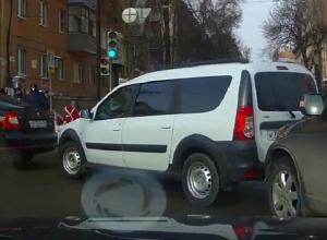 Нелепый паровозик устроили три машины в центре Воронежа