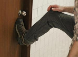 В Воронеже грабитель ворвался в квартиру, выбив дверь ногой