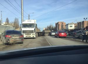 Фура перегородила дорогу в Северном микрорайоне Воронежа
