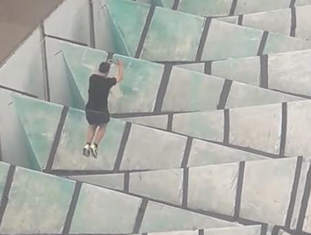 Прыгающего по крыше паркурщика сняли на видео в центре Воронежа