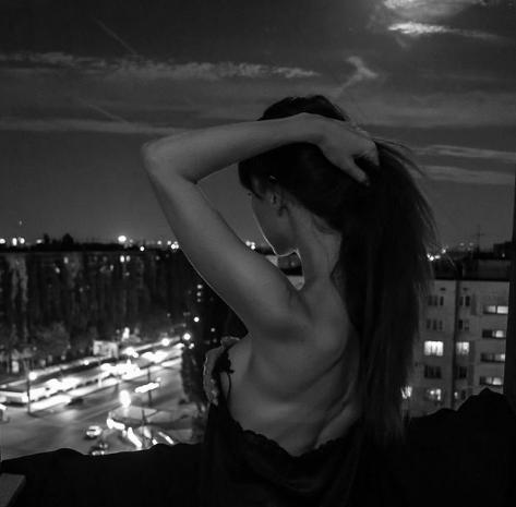 Магическое фото сексуальной брюнетки на фоне лунного затмения восхитило воронежцев