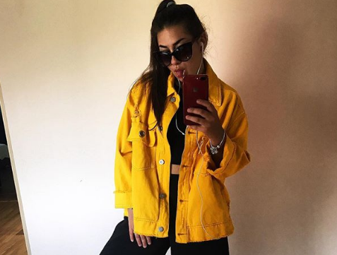 Стильная девушка из Воронежа в желтой куртке восхитила горожан