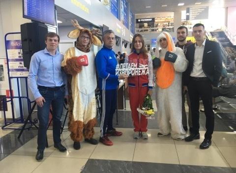 Поклонники проводили до самолета знаменитую девушку-боксера из Воронежа