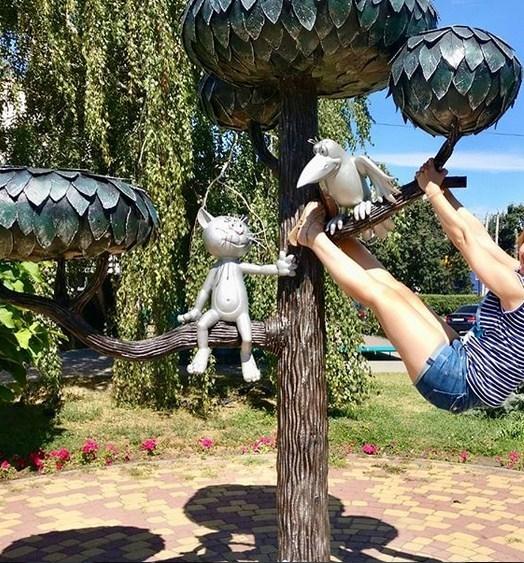 Поза девушки у памятника Котенку возмутила воронежцев