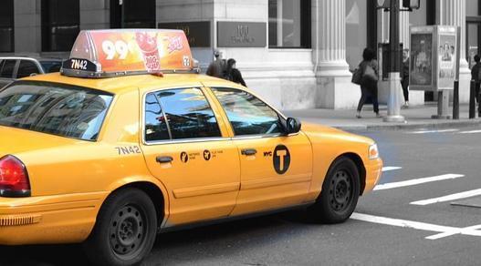 Трое пассажиров избили таксиста иугнали его автомобиль вВоронеже