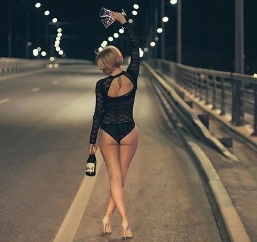 Полуголая блондинка сшампанским сфотографировалась намосту вВоронеже