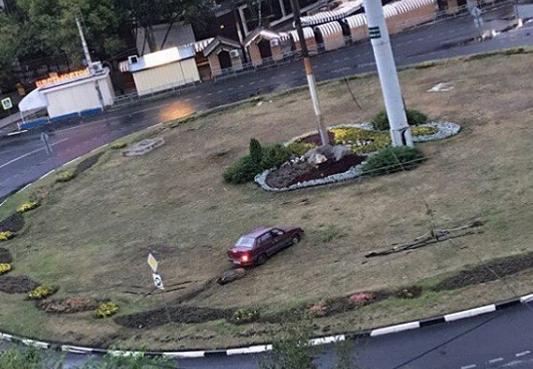 Припарковавшийся в клумбе воронежский автомобилист возмутил горожан
