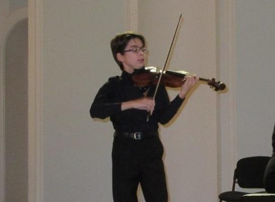Молодой скрипач изАстрахани одержал победу вконкурсе старинную скрипку за2 млн.