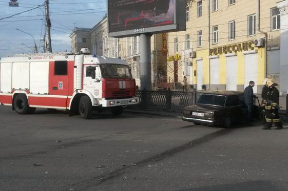 Вцентре Воронежа, уходя отстолкновения, «ВАЗ» протаранил забор