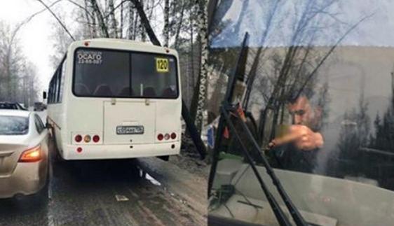 Очевидцы: В Воронеже водитель маршрутки плюнул на голову автомобилистки после ДТП