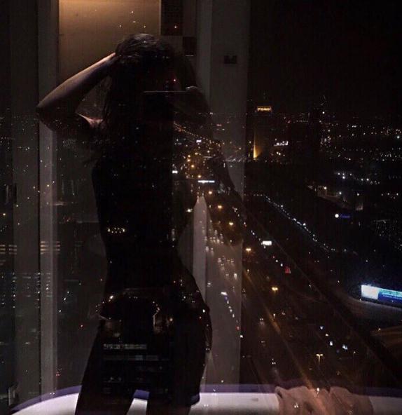 девушки фото на окне