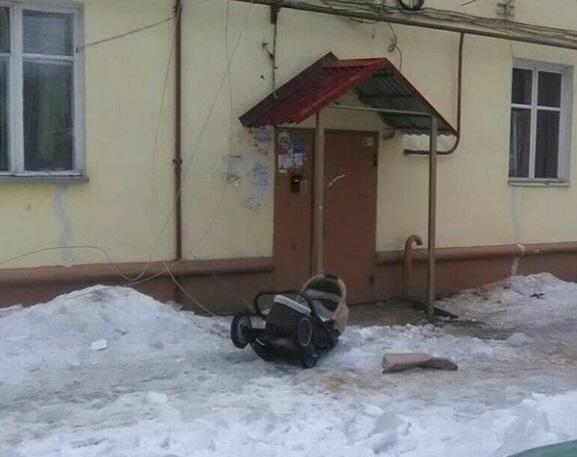 В Воронеже огромная сосулька упала на голову женщины с коляской