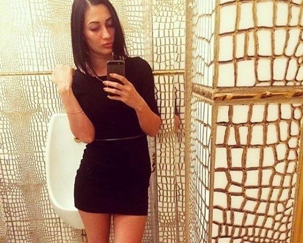 Русская девушка зашла в кусты
