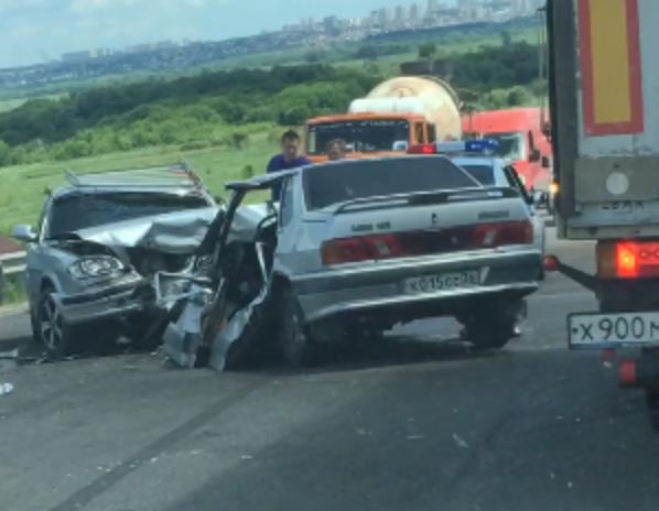 Семья с двумя маленькими сыновьями разбилась по дороге у Семилук под Воронежем