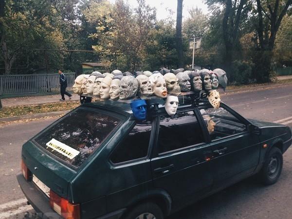 Воронежский водитель разукрасил свой автомобиль масками политиков и нечисти