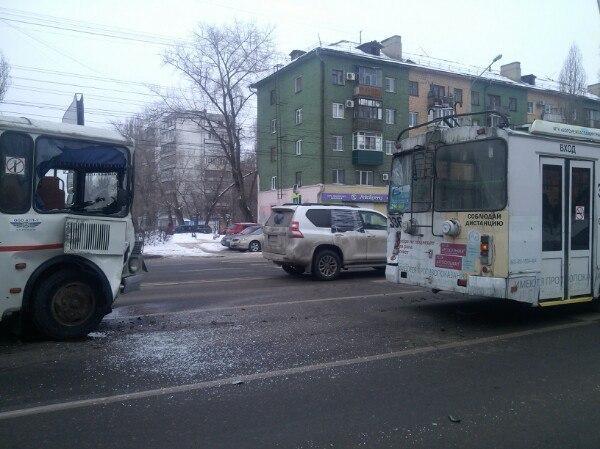 ВВоронеже наЛенинском проспекте «ПАЗ» протаранил троллейбус