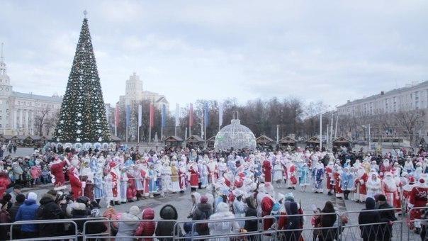 В Воронеж на парад Дед Морозов приехала леопардовая Снегурочка