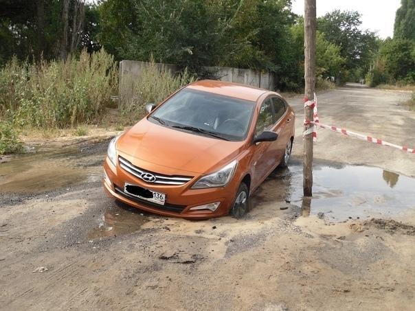 Hyundai Solaris засосало в дорогу в Воронеже