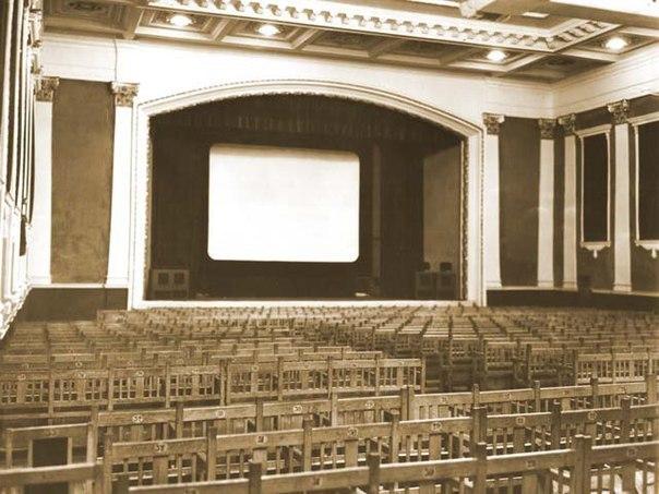 Зал кинотеатра «Спартак» со скамейками показали воронежцам