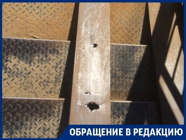 Гнилой пандус заботливо установили на переходе в Воронеже