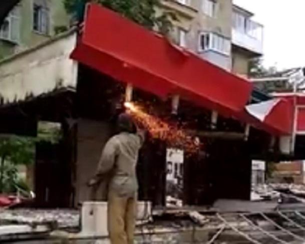 Грубый демонтаж киосков у ВГУ сняли на видео