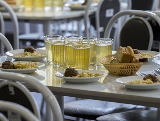 Воронежские школьники смогут поесть в столовой за безнал