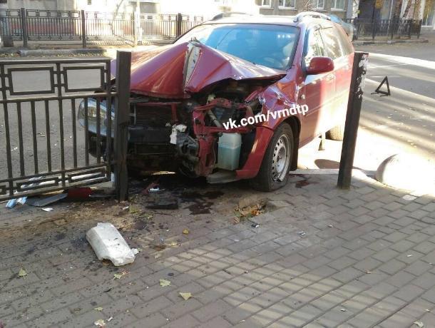 Последствия столкновения легковушки с забором попали на фото в Воронеже