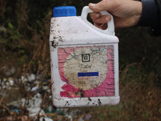 Опасную свалку ядохимикатов обнаружили в воронежском селе общественники
