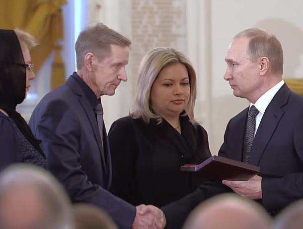 Путин вручил «Золотую Звезду» родителям и вдове погибшего воронежского летчика